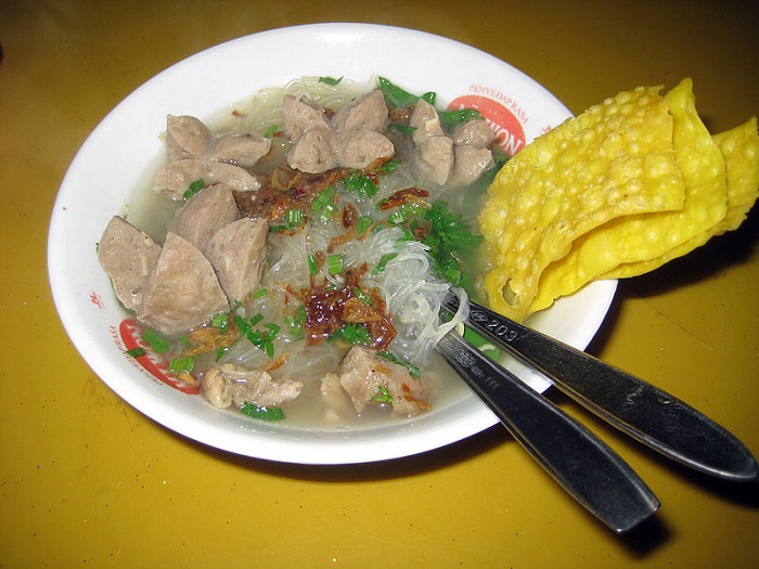 800px-Bakso_served_with_mie