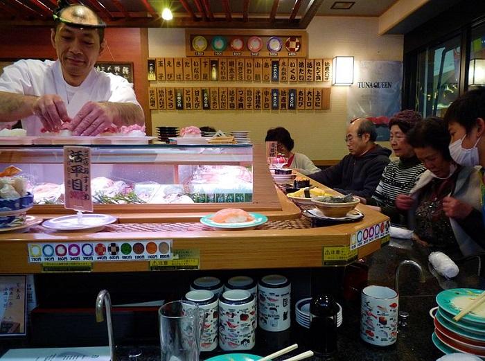 800px-Tokyo-Kaiten_sushi,_Japan_(2010)
