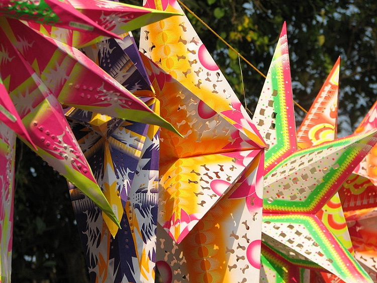 800px-India_-_Colours_of_India_-_018_-_Xmas_stars_for_sale_in_Cochin_(2068026095)